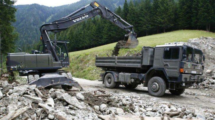 Beim Bau einer Behelfsbrücke in Trebesing kam es am Mittwoch-Vormittag zu einem Unfall, bei dem eine Soldatin verletzt wurde.