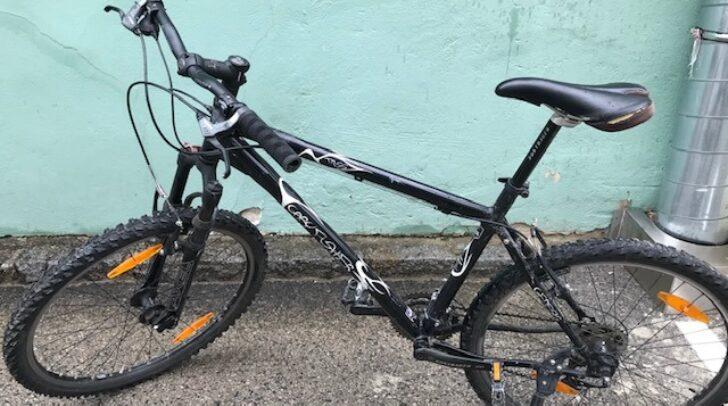 Der unbekannte Täter ließ am letzten Tatort ein Fahrrad, einen Rucksack und eine Weste zurück.