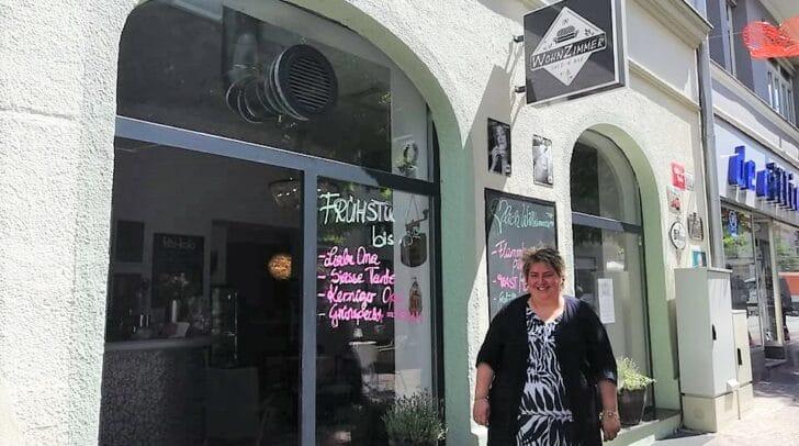 """Andrea Köstenberger vor dem Café """"Wohnzimmer"""""""