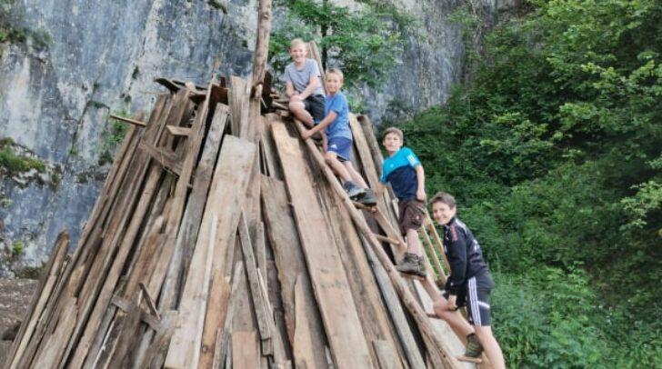 Für die Feistritzer Kinder Felix, Jonas, Niko und Julian ist das Entünden des Johannisfeuers ein wichtiger Kärntner Brauch.