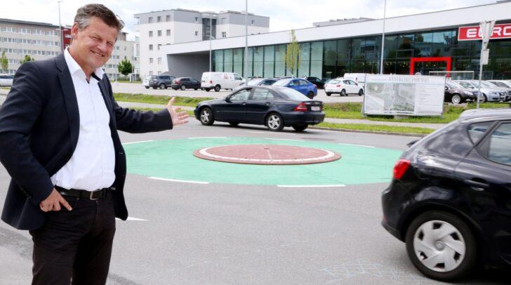 Der Minikreisverkehr in Welzenegg wurde Ende Mai 2019 von Verkehrsreferent Stadtrat Christian Scheider für den Verkehr freigegeben.