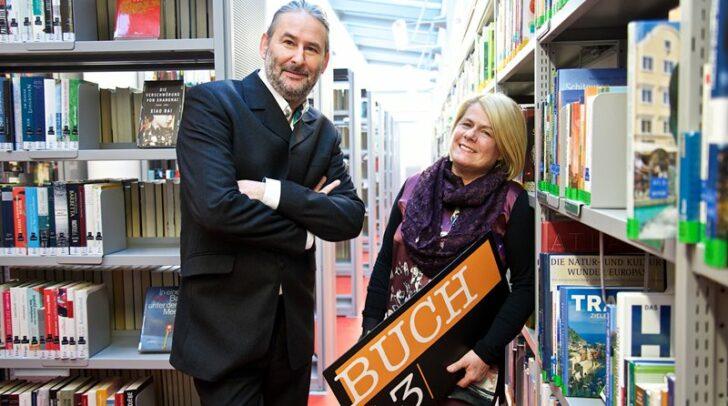 Vizebürgermeisterin Gerda Sandriesser und Buch13-Gründer Gerald Eschenauer freuen sich über die zahlreichen Einsendungen und das große Interesse.