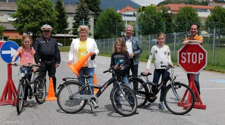 Vizebürgermeisterin Irene Hochstetter-Lackner und Verkehrsstadtrat Harald Sobe bei den Fahrradprüfungen in Landskron.
