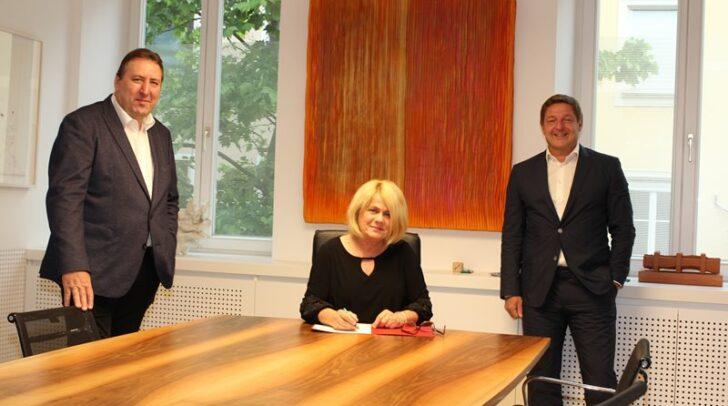 Erwin Baumann, Gerda Sandriesser und Bürgermeister Albel beim Beschluss.
