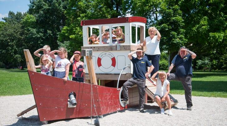 Am Bild: Vizebürgermeisterin Irene Hochstetter Lackner mit den Kindern des Kindergartens Auf der Tratten, Leiterin Brigitte Kotschnigg und von links Gandolf Schrottenbach und Kurt Enzi vom Stadtgarten.