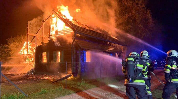 100 Mann der FF Abschnitt Jauntal sorgten für einen kontrollierten Abbrand der beiden in Flammen stehenden Gebäude.