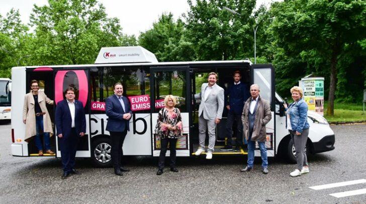 Der Villacher Stadtsenat unter Bürgermeister Günther Albel besichtigt den neuen Elektro-Citybus.