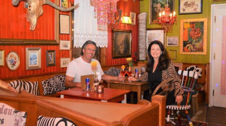 Martin und Karin Melcher in der neugestalteten Almlounge.