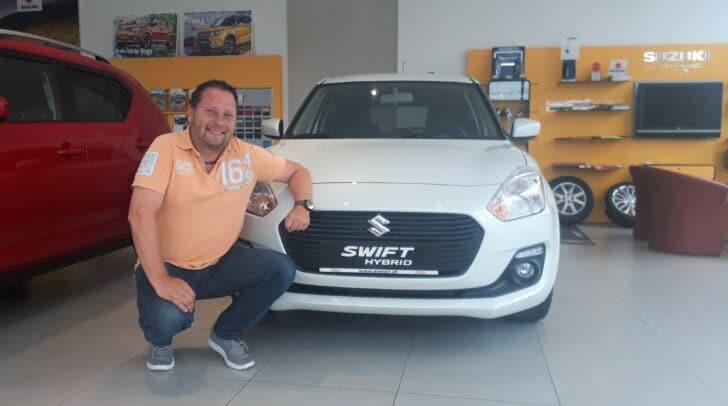 """""""Sichere dir bei Suzuki 1.000 Euro Wegfahrprämie"""", empfiehlt Verkaufsberater Andreas Kleeberg."""