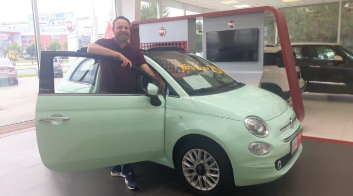 """Tolle Aktion bei Fiat: """"Jetzt kaufen und 2021 zahlen"""", so Fiat-Verkaufsberater Stefan Özelt begeistert."""