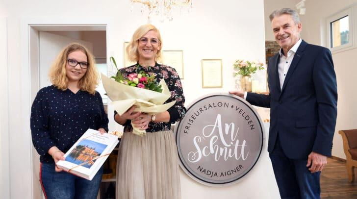 Nadja Aigner (Mitte) eröffnete ihr neues Friseurstudio. Bürgermeister Ferdinand Vouk gratulierte.