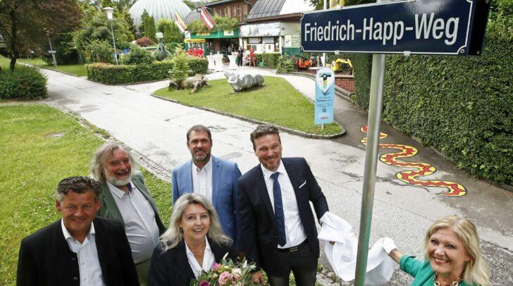 Zur offiziellen Enthüllung des Friedrich-Happ-Weges kamen die Stadträte Christian Scheider, Frank Frey und Markus Geiger, Vizebürgermeister Wolfgang Germ sowie Zoochefin Helga Happ und Bürgermeisterin Dr. Maria-Luise Mathiaschitz.