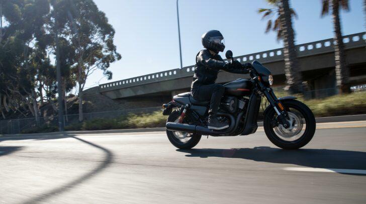 Vibrierender Motor, Fahrtwind in den Haaren - das ist das Harley-Davidson-Gefühl.