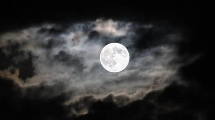 Fragen zur Mystik, zum Volksglauben und zur Astronomie des Mondes werden bei der Vollmondwanderung am 4. Juli besprochen.