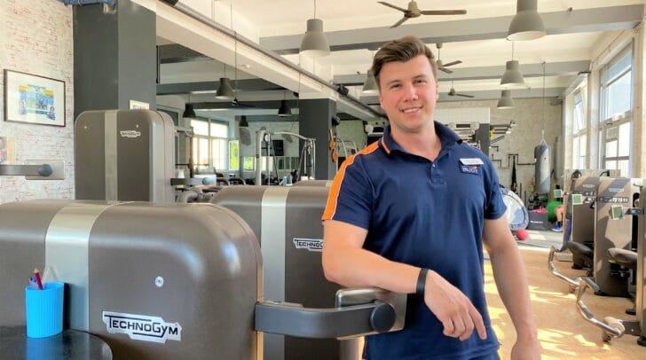 Fitnesstrainer Lukas Fischer steht dir beim Training mit Rat und Tat zur Seite.