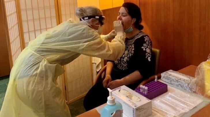Alle Gäste werden beim Check-In mittels PCR-Test auf Covid- 19 getestet.