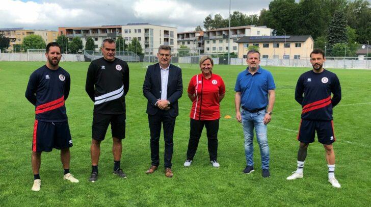 Am Bild von links: Kapitän Sandro Zakany, Trainer Robert Micheu, Dr. Ernst Benischke, Teamärztin Dr. Christiane Loinig, Sportdirektor Matthias Imhof und Vize-Kapitän Philipp Hütter.