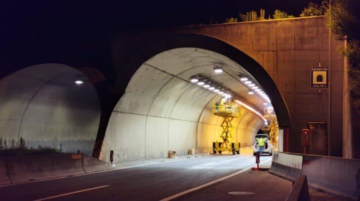 So sieht die Einfahrt nach der Umrüstung aus – deutlich heller und angenehmer für den Autofahrer.