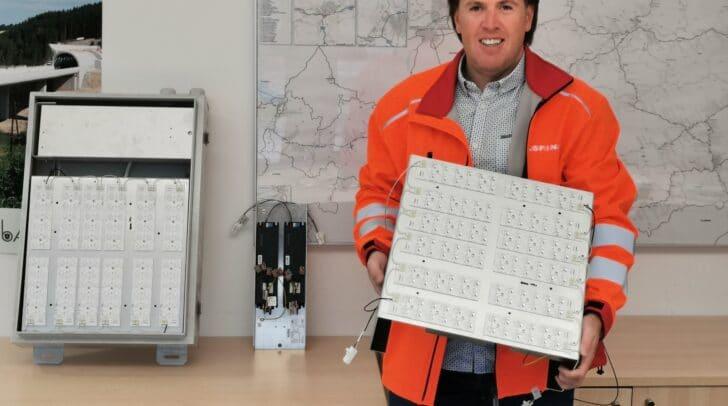 Nessel mit dem speziell entwickelten LED-Einsatz, der auch in die bei den Tunneleinfahrten üblicherweise vorhandenen Edelstahlgehäuse eingebaut werden kann.