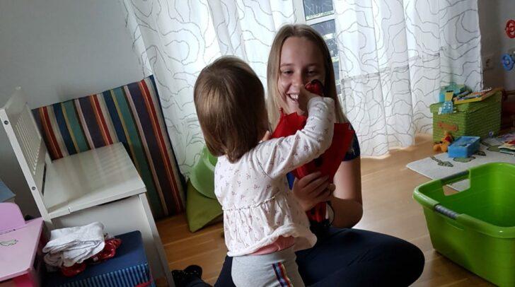 Die Schülerinnen und Schüler der Fachschule für Sozialberufe in Klagenfurt besuchen Lehrhaushalte und sammeln dort Erfahrung.