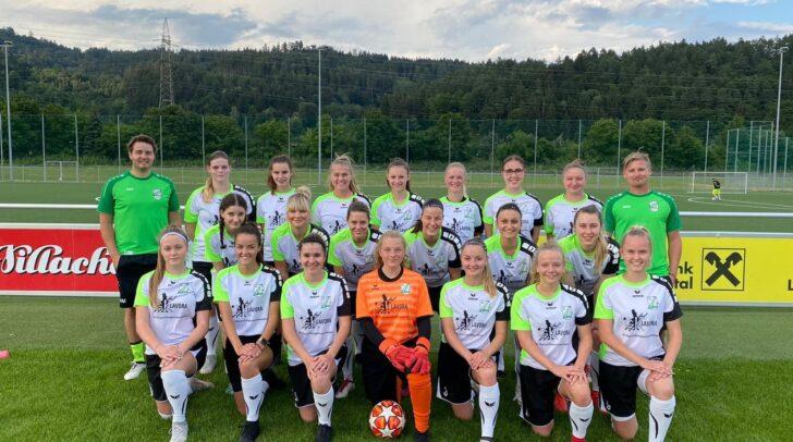 Der Frauenfußballverein SC Landskron mit den Mitgliedern und Trainern.