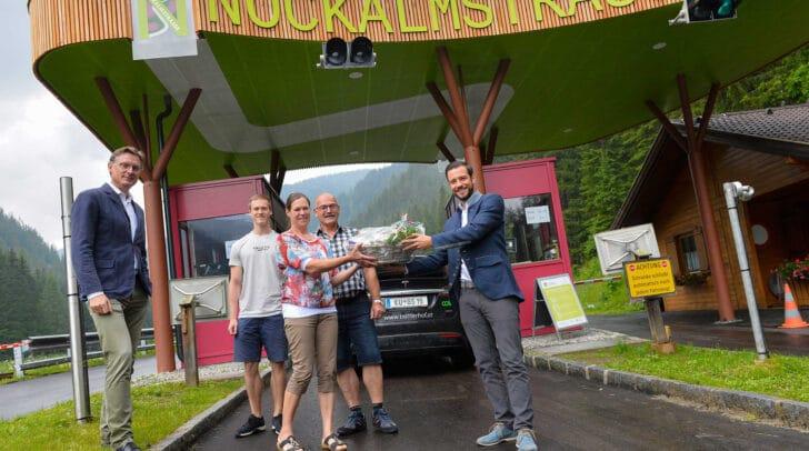 Dr. Johannes Hörl (Geschäftsführer Land Kärnten – Nockalmstraße) und Landesrat Sebastian Schuschnig gratulieren der Familie Huemer.
