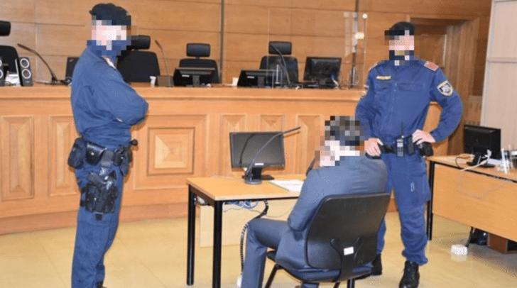 Um 9 Uhr wurde der Angeklagte von Beamten in den Saal geführt.