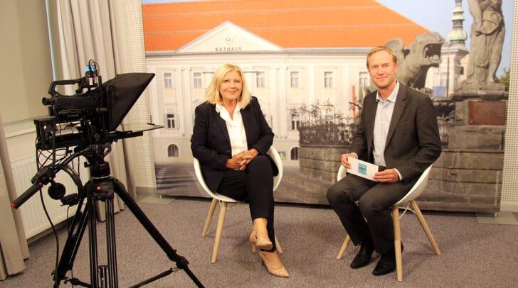 Bürgermeisterin Maria-Luise Mathiaschitz und Valentin Unterkircher im neuen Interviewraum der Landeshauptstadt Klagenfurt.