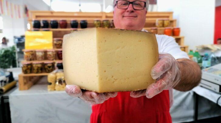 Der Käse aus Italien wandert buchstäblich durch ganz Kärnten.