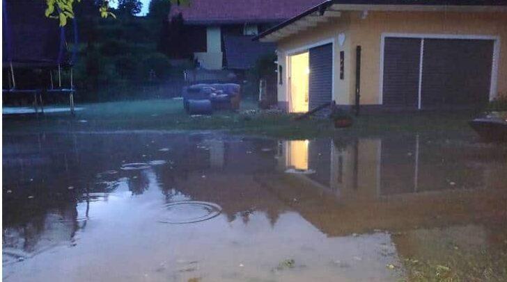 In Dielach wurde ein Einfamilienhaus aufgrund der starken Gewitter überschwemmt.