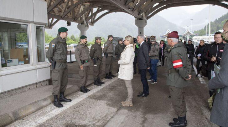 BM Klaudia Tanner, LH Peter Kaiser und Militärkommandant Walter Gitschthaler im Gespräch mit den stationierten Soldaten.