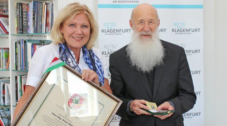 V.l. Bgm. Mathiaschitz mit Mag. Anton Wanner (alias Pater Anton) bei der Verleihung des Ehrpfennigs für seine herausragenden Leistungen als Seelsorger in Klagenfurt.