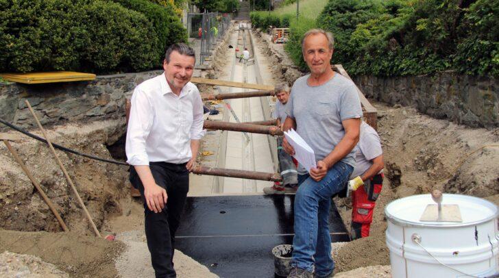 Entsorgungsreferent Vizebürgermeister Wolfgang Germ besichtigt mit Polier Johann Perne (Firma Kostmann) den Baufortschritt bei der Kanalbaustelle Hafengasse.