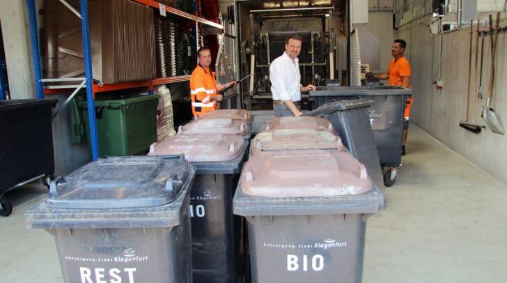 Entsorgungsreferent Vizebürgermeister Wolfgang Germ und die Entsorgungs-Mitarbeiter reinigen die 2.000. Tonne in der Behälterwaschanlage.