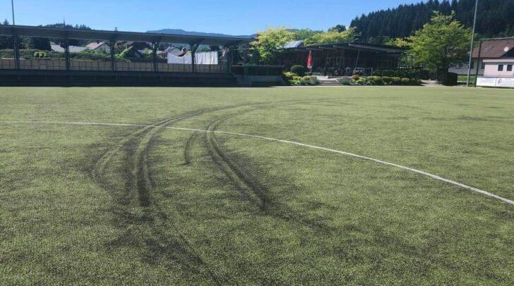 Der Unbekannte driftete über den Kunstrasen am Sportplatz.