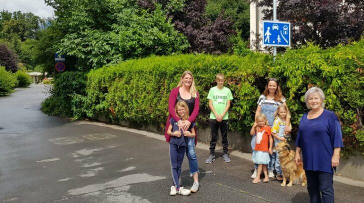 Gemeinsam mit Christina Hochschwarzer und Hermine Krenn freuen sich die Anrainer über die Verbesserung der Verkehrssituation.