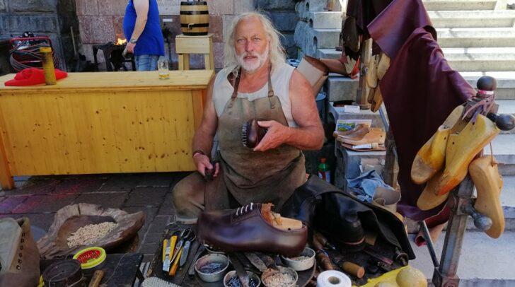Sepp Götz ist heute am Jakobimarkt in Villach anzutreffen. Dort fertigt er Schuhe vor den Augen Interessierter an.