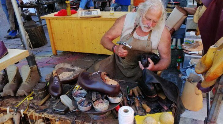 Das Villacher Urgestein Sepp Götz wird auch im Ruhestand nicht untätig sein. Dann hat er nämlich mehr Zeit für seine Arbeit als Schuhmacher.
