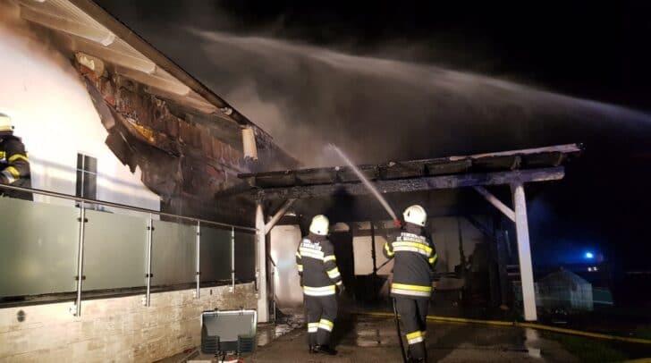 Das Feuer konnte nur zum Teil auf das Wohnhaus übergreifen.