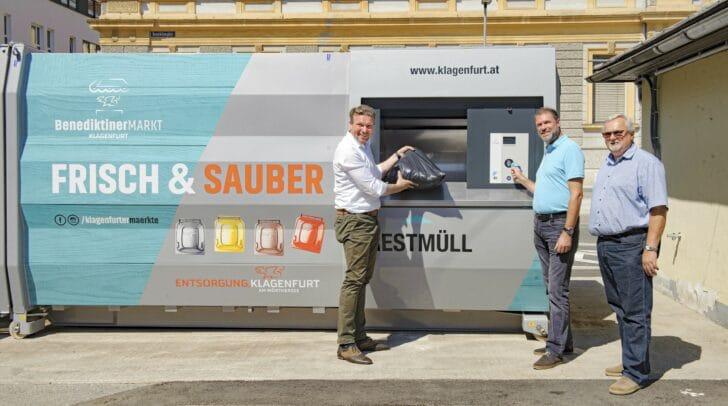 Vizebürgermeister Wolfgang Germ, Stadtrat Markus Geiger und Gemeinderat Ferdinand Sucher testen die neue Müllpressanlage.