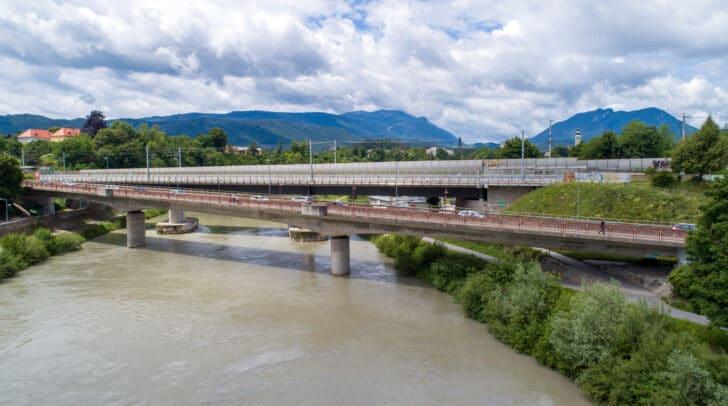 Luftaufnahme mit Blick nach Westen auf die Alpen-Adria-Brücke.