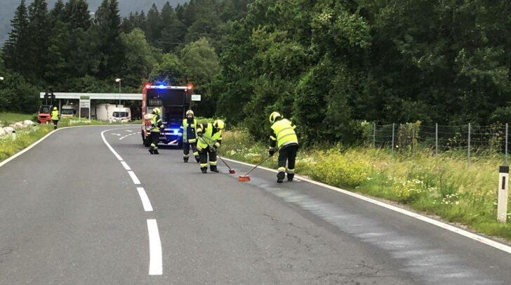 Die Kameraden der FF Arnoldstein wurden zu einer Ölspur auf die B 111 Gailtal Straße alarmiert.