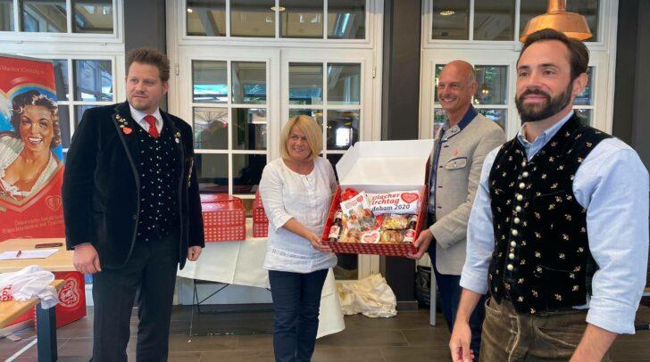 Kirchtagsobfrau Vizebürgermeisterin Gerda Sandriesser und Geschäftsführer des Villacher Kirchtags Joe Presslinger präsentieren die Kirchtagsbox.