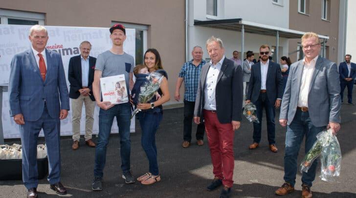 Arnoldsteins  Bürgermeister Erich Kessler überreichte Dominique Panebianco und Sohn Luca gemeinsam mit Gemeindevertretern und meine heimat-Vorstandsvorsitzender-Stellvertreter Ing. Karl Woschitz die Schlüssel zum neuen Wohnraum in Riegersdorf.