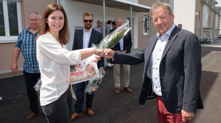 """""""Schlüsselerlebnis"""": Bürgermeister Erich Kessler freut sich mit Mieterin Lea Truppe über den neuen, modernen """"meine heimat"""" Wohnraum in Riegersdorf."""