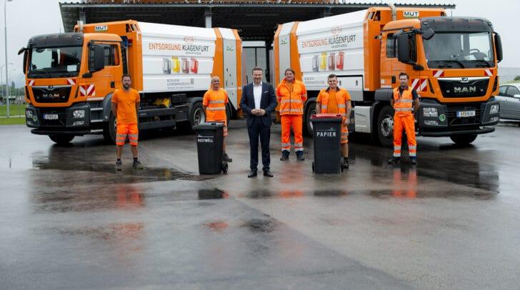Entsorgungsreferent Vzbgm. Wolfgang Germ und die städtischen Müllwerker freuen sich über die Verstärkung für den Entsorgungs-Fuhrpark.