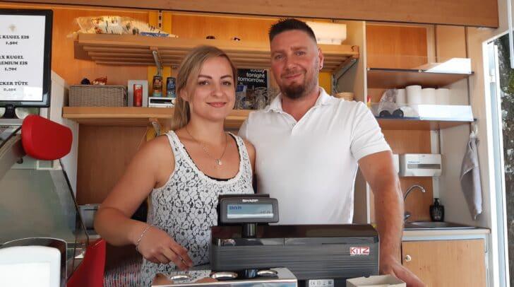 Tamara Pokrivač und Bojan Zavratnik freuen sich auf deinen Besuch im Eis Paradies.