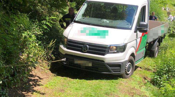 Der Pritschenwagen wurde mittels Seilwinde geborgen.