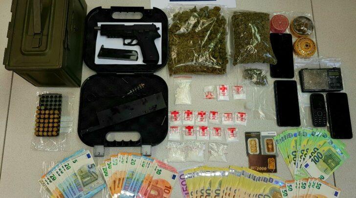 Bei der Nachschau konnten Drogen, eine illegale Faustfeuerwaffe, über 10.000 Euro Bargeld und ein Satz Dietriche sichergestellt werden.
