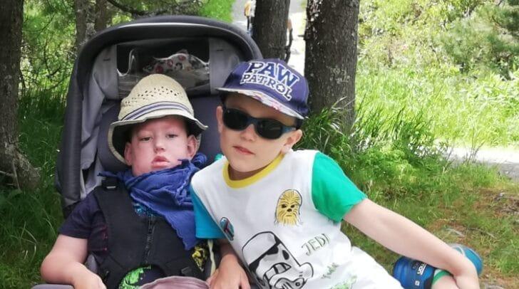 Der junge Marius, links, wurde mit einem seltenen Gendefekt geboren. Er muss 24 Stunden am Tag beatmet werden und wird über eine Magensonde ernährt.